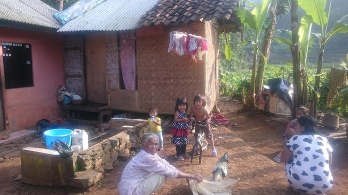 Keluarga petani miskin di Kampung Cadas Gantung, Desa Mekarmanik, Cimenyan, Kab.Bandung